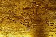Relief ze świątyni Ramzesa II w Abu Simbel przedstawiający jak Ramzes rzucił się w wir walki na swoim zwinnym i szybkim rydwanie.