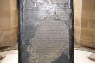 Stela Meszy z czarnego bazaltu mierzy 1,24 x 0,71 m. Odkryto ją w 1868 r. w Dibonie, dawnej stolicy Moabitów. W 18. wersie wymienia izraelskiego Boga Jahwe, a w 12. i 31. – króla Dawida.