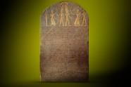 Stela Merenptaha wykonana z czarnego granitu o wymiarach 3,18x1,63 m (Muzeum Kairskie).