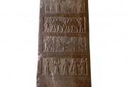 Czarny Obelisk ukazuje królów składających trybut Salmanasarowi III, w tym króla izraelskiego Jehu (841-814). Odkrył go H. Layard w 1846 roku w Kalach. Mierzy 1,98x0,45 m (Muzeum Brytyjskie).